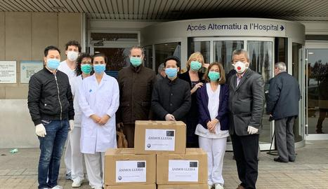 """Solidaritat - L'Associació de Paisans Xinesos a Lleida va entregar ahir a l'hospital Arnau de Vilanova 10.000 màscares per al personal sanitari. Dissabte va entregar-ne 2.000 als Mossos i la Urbana. """"Volem que els que estan en primera líni ..."""