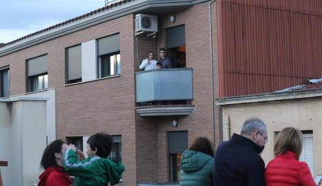 Veïns d'Aitona cantant havaneres des dels balcons ahir a la tarda.