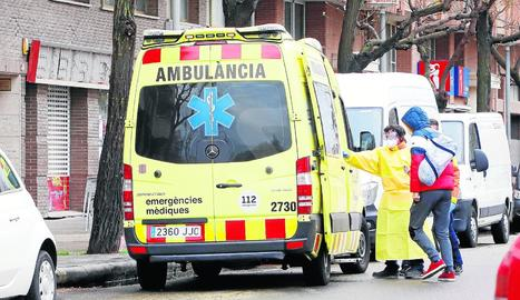 Un professional sanitari ajuda a entrar en una ambulància un pacient ahir a Cappont.