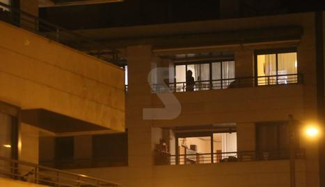 Gent als balcons durant el confinament pel coronavirus.