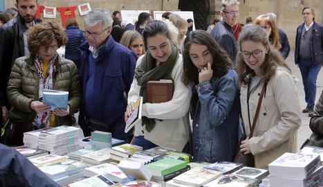 Una parada de llibres a la plaça Paeria de Lleida la diada de Sant Jordi de l'any passat.