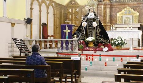 Una lleidatana resant a la Mare de Déu dels Dolors, que ahir va reposar a l'altar major de l'oratori situat al carrer Cavallers.