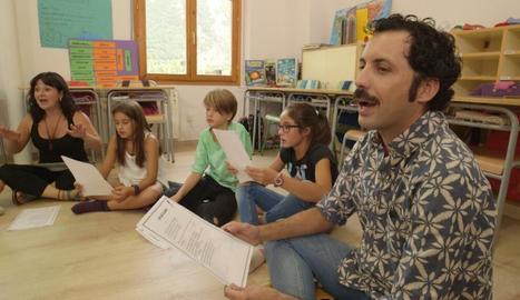 L'actor Guillem Albà, cantant en una escola.