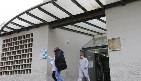 Imatge de l'exterior del CAP de Balàfia, amb pacients i personal sortint del centre.