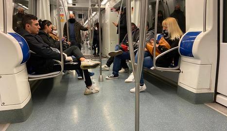 Baixen els usuaris del metro de Barcelona - L'hora punta del matí del segon dia laboral en estat d'alarma es va saldar ahir al metro de Barcelona sense aglomeracions, a diferència de la jornada de dilluns. Transports Metropolitans de Barcelon ...