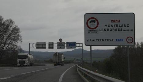 Camions circulant ahir per l'N-240 a l'altura de les Borges.