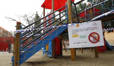 Parcs precintats a Lleida ciutat - L'ajuntament de Lleida va precintar ahir tots els parcs i àrees infantils de la ciutat com a mesura perquè la ciutadania no surti al carrer durant el confinament per la pandèmia del coronavirus.