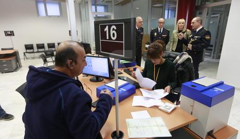 Imatge d'arxiu de l'obertura de la nova l'oficina d'expedició del DNI a Lleida.
