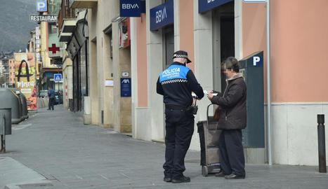 Un agent de la Guàrdia Urbana de la Seu d'Urgell advertint una veïna.