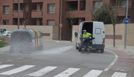 Treballs de desinfecció a l'avinguda del Canal de Mollerussa.