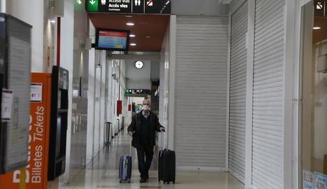 Un viatger amb màscara per l'estació Lleida-Pirineus ahir.