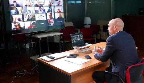 El president de la Reial Federació Espanyola de Futbol, Luis Rubiales, conversa per videoconferència amb els presidents de les territorials.