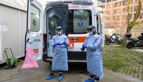 Dos professionals sanitaris preparats a Milà, un dels focus del coronavirus a Itàlia.