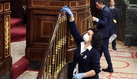 Els diputats, la presidenta del Congrés i Pedro Sánchez van felicitar la netejadora de la Cambra.