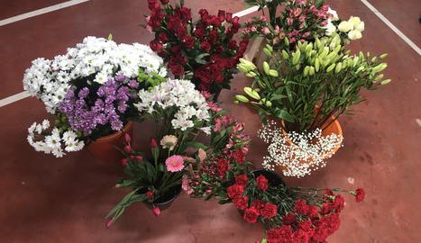 Una floristeria d'Oliana sorprèn els veïns deixant rams de flors a les seues portes