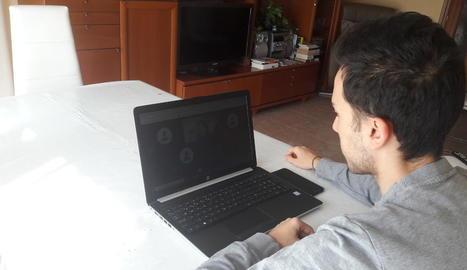 Un estudiant de la Universitat de Lleida (UdL), al seu domicili durant una classe virtual.