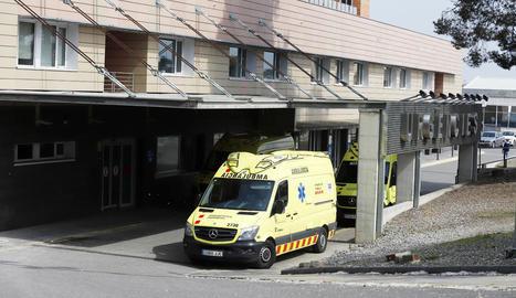 Ambulàncies aparcades ahir davant la unitat d'Urgències de l'hospital Arnau de Vilanova de Lleida.