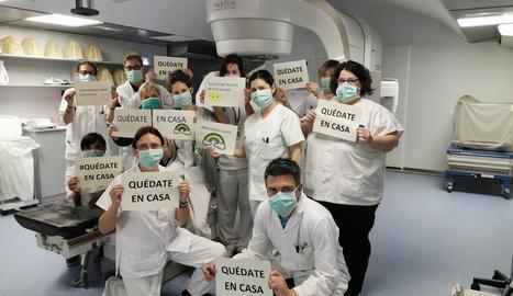 El servei d'Oncologia Radioteràpica de l'Arnau, que treballa per als seus pacients, demana a la població en general que es quedi a casa.