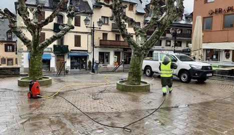 Imatge dels treballs de desinfecció de carrers a Vielha.