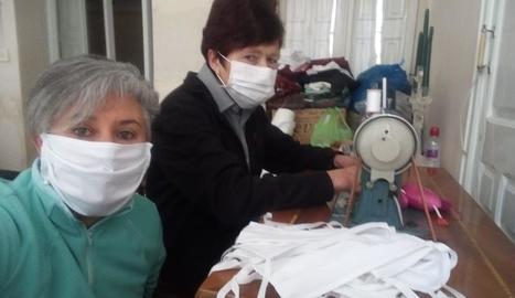 Josefina Doncell i Maria Teresa Cantacorps de Torà, fabricant mascaretes.