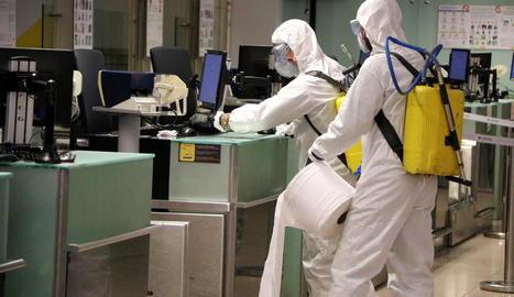 Efectius de l'UME durant les tasques de desinfecció dutes a terme a l'aeroport del Prat.