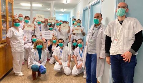 Professionals del servei de Farmàcia Hospitalària de l'Arnau es van fer una foto per donar ànims a la població.