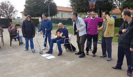 Usuaris d'Aspros participen en activitats durant el confinament a la Residència Empresseguera.