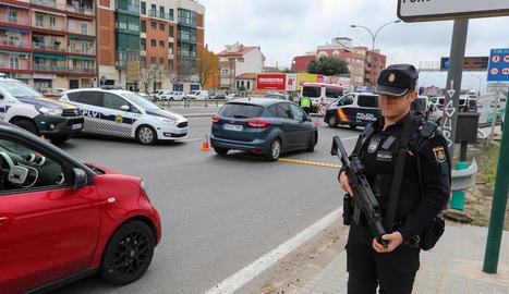 Un policia en un dels controls sobre els vehicles que deixen la ciutat en ple estat d'alarma.