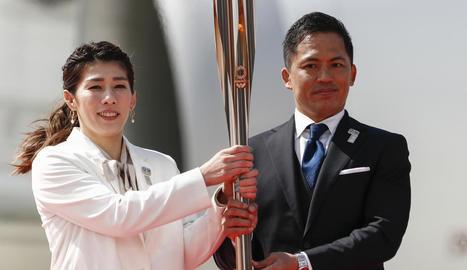Saori Yoshida i Tadahiro Nomura sostenen la flama olímpica després d'arribar a la ciutat de Matsushima.