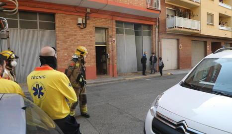 Bombers, Guàrdia Urbana i tècnics del SEM, minuts després de l'ensorrament de la terrassa.