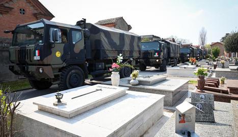 Camions militars transporten cadàvers de Bèrgam a un cementiri de Ferrara.