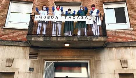 Personal del CAP de Prat de la Riba va penjar una pancarta on insta a quedar-se a casa.