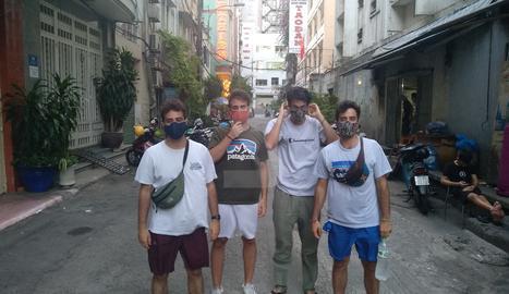 els joves, protegits amb màscares, al Vietnam