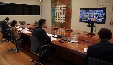 La reunió del president del govern espanyol, Pedro Sánchez. dels ministres Salvador Illa, Margarita Robles, José Luis Ábalos i Fernando Grande Marlaska en una videoconferència amb els presidents autonòmics.
