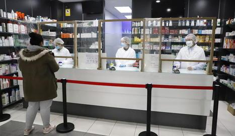 Una farmàcia del passeig de Ronda es 'blinda' i pren mesures de precaució amb els clients.