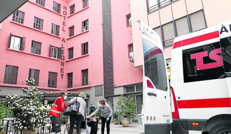 Un dels residents arribant a l'Hotel Alegret, habilitat com a hospital.