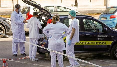 Professionals sanitaris preparant el trasllat a hotels d'hospitalitzats en estat lleu.