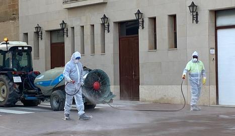 Operaris de la brigada de Torre-serona netejant els carrers de la població.