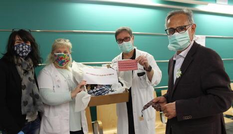 Representants de l'AECC-Catalunya Contra el Càncer de Lleida entreguen mascaretes fetes a mà a l'Hospital Arnau de Vilanova de Lleida