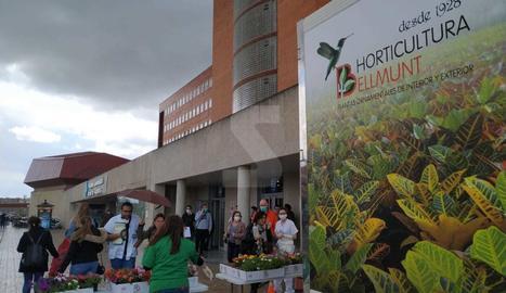 Regal de plantes als sanitaris de l'Arna de Vilanova aquest dilluns al matí.