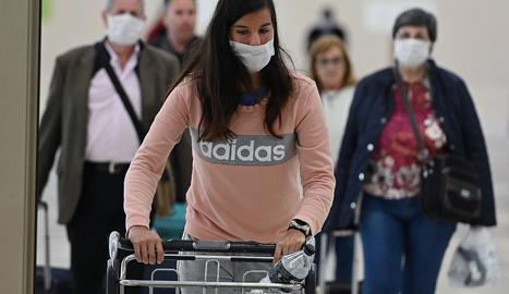 Viatgers a l'aeroport de Madrid.