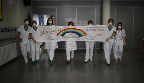 El personal del Centre Geriàtric Lleida s'acomiada abans de confinar-se amb els residents.