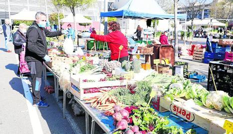 Dissabte passat els venedors de fruites i verdures sí que van poder instal·lar les parades al mercadillo.