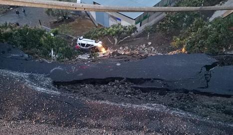 Un turisme va caure a l'enfonsar-se la calçada a Màlaga.