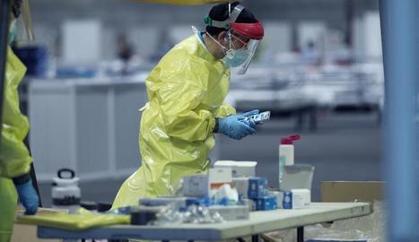Un sanitari treballa a Ifema durant el tercer dia de funcionament com a hospital provisional.