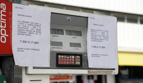 Imatge d'una estació de servei anunciant als clients el nou horari amb motiu d'aquesta crisi.