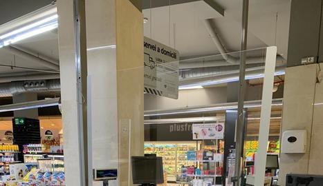 Una de les mampares col·locades als supermercats Plusfresc.