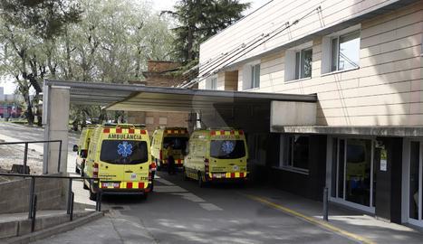 Ambulàncies a l'entrada d'urgències de l'hospital Arnau de Vilanova de Lleida.