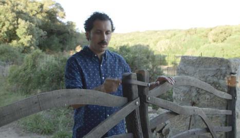 Guillem Alba i una de les tradicionals portes menorquines.