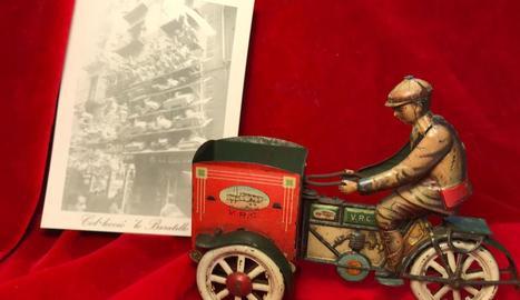 Motocarro de llautó del 1918, 'dedicat' ahir al sector de la premsa.